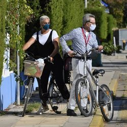 José Ortega Cano y Ana María Aldón tras dar un paseo en bicicleta en Chipiona