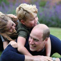 El Príncipe Guillermo tumbado con sus hijos, George, Louis y Charlotte, en unas fotografías inéditas por su 38 cumpleaños