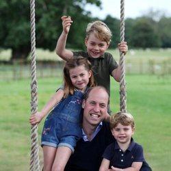 El Príncipe Guillermo con sus hijos, George, Louis y Charlotte, en unas fotografías inéditas por su 38 cumpleaños