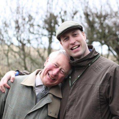 El Príncipe Carlos y el Príncipe Guillermo abrazados durante un día juntos en en Sandringham