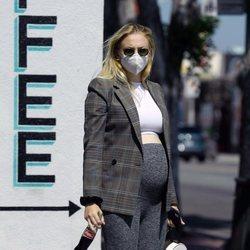 Sophie Turner luciendo tripa de embarazada