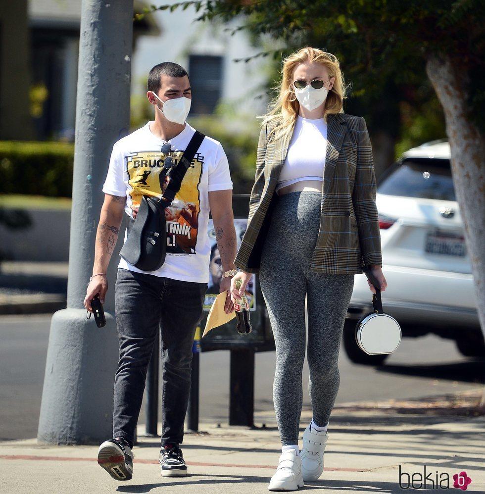 Sophie Turner y Joe Jonas pasean en la recta final del embarazo