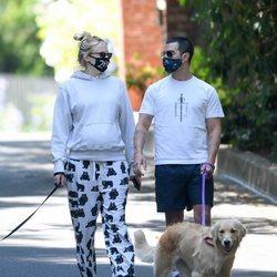 Joe Jonas y Sophie Turner pasean a sus perros