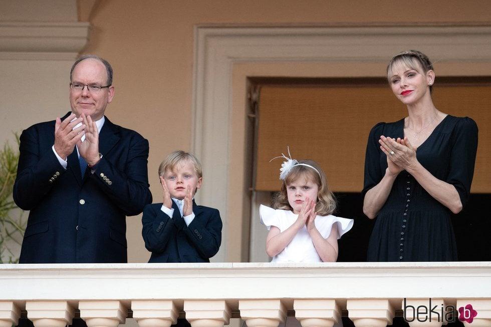 Alberto y Charlene de Mónaco celebrando San Juan 2020 con sus hijos los Príncipes Jacques y Gabriella