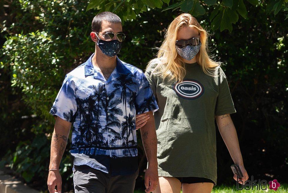 Sophie Turner y Joe Jonas pasean durante el embarazo de la actriz