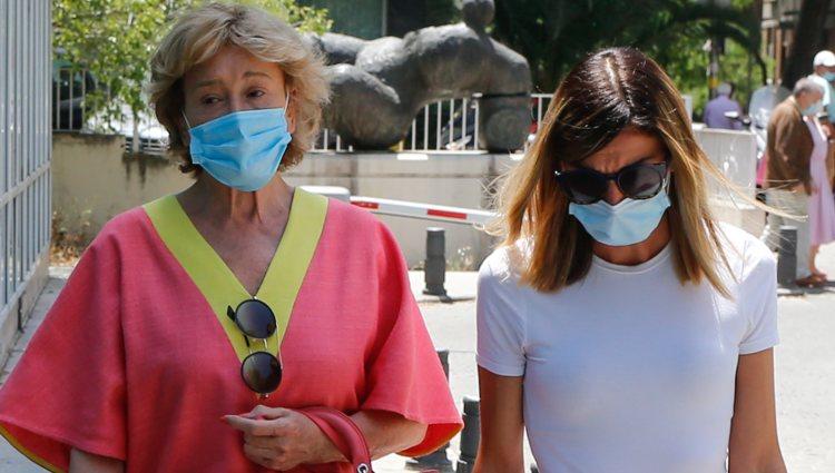 Mila Ximénez y su hija Alba acudiendo al hospital