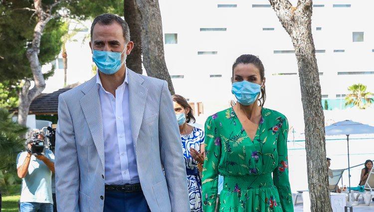 Los Reyes Felipe y Letizia con mascarilla en su visita a Palma de Mallorca
