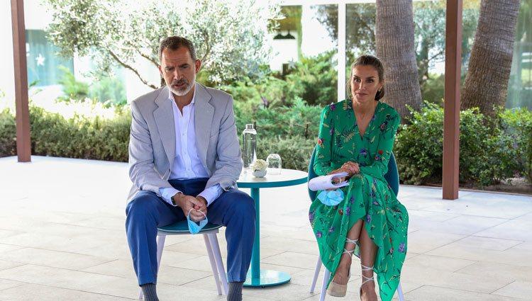 Los Reyes Felipe y Letizia durante una charla en su visita a Palma de Mallorca