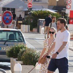 Alexandra de Hannover y Ben Sylvester Strautmann paseando a su perro en Saint-Tropez