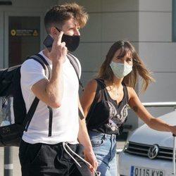 Aitana y Miguel Bernardeau llegando a Ibiza tras un viaje a Madrid