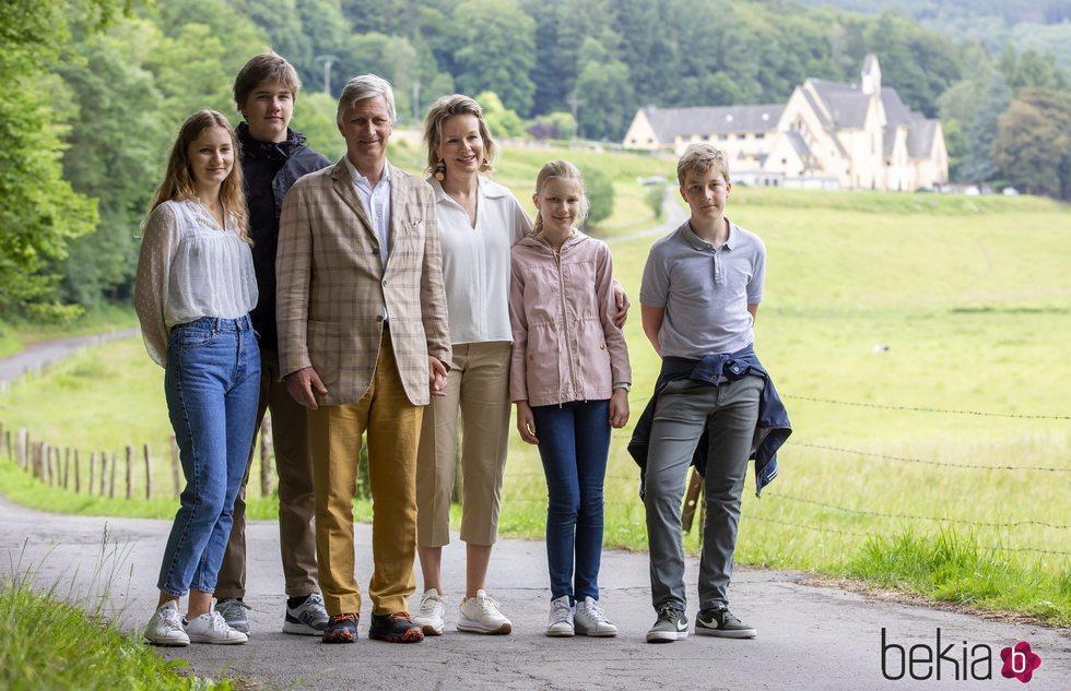 Felipe y Matilde de Bélgica con sus hijos Isabel, Gabriel, Emmanuel y Leonor en Bouillon