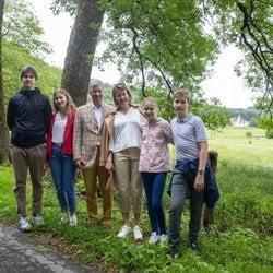 Felipe y Matilde de Bélgica, Isabel, Gabriel, Emmanuel y Leonor de Bélgica en una escapada familiar en Bouillon
