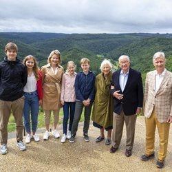 Felipe y Matilde de Bélgica con sus hijos Isabel, Gabriel, Emmanuel y Leonor y los Reyes Alberto y Paola de Bélgica en Bouillon