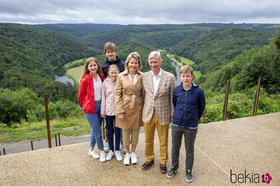 Felipe y Matilde de Bélgica con sus hijos Isabel, Gabriel, Emmanuel y Leonor de Bélgica en una escapada familiar a Bouillon