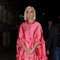 Katy Perry llegando a un teatro en Londres