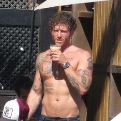 Gonzalo Montoya con el torso desnudo tomando algo en Marbella