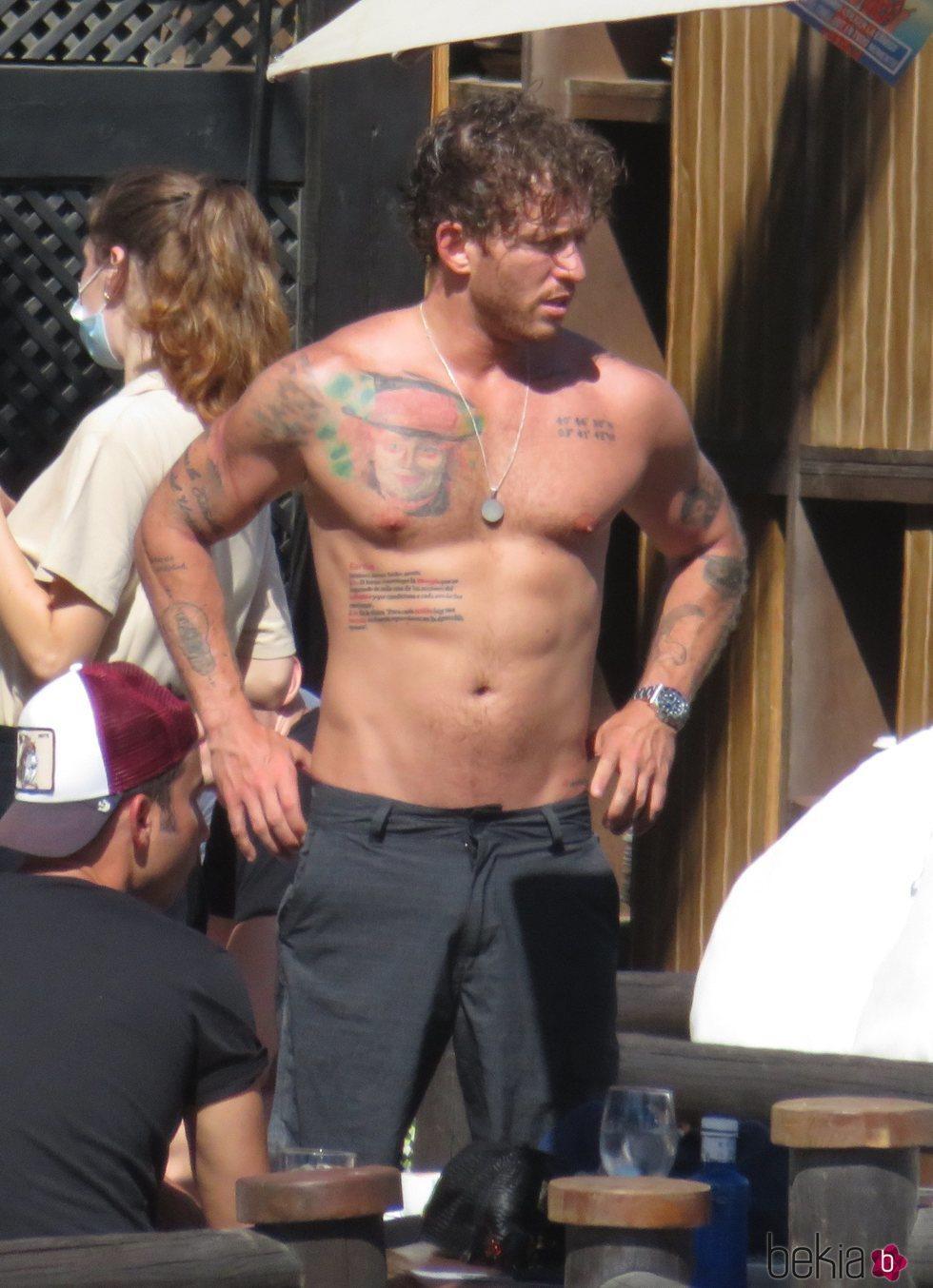 Gonzalo Montoya con el torso desnudo en Marbella