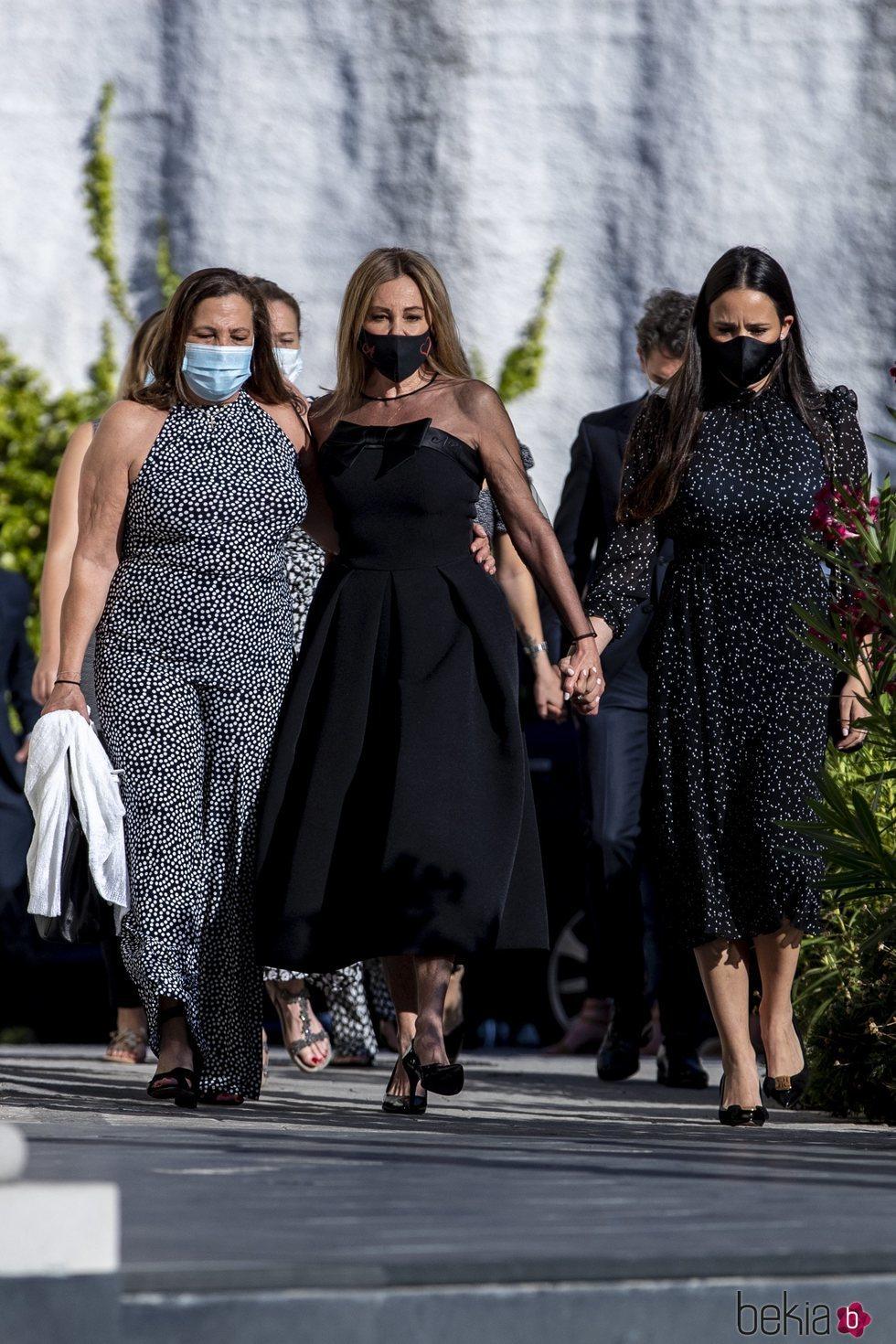 Ana Obregón con su hermana Celia y Carolina Monje en el funeral de Álex Lequio en Madrid