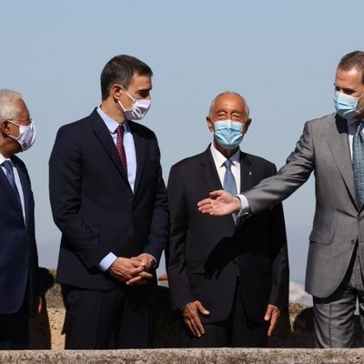 El Rey Felipe y Pedro Sánchez con el Presidente y el Primer Ministro de Portugal en la reapertura de fronteras entre España y Portugal