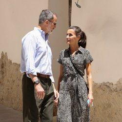 Los Reyes Felipe y Letizia paseando por las calles de Cuenca