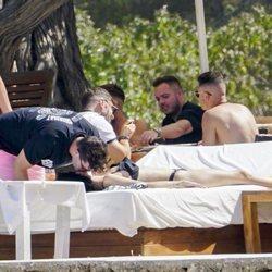 Alejandra Rubio y Tassio de la Vega muy cariñosos en un beach club de Ibiza