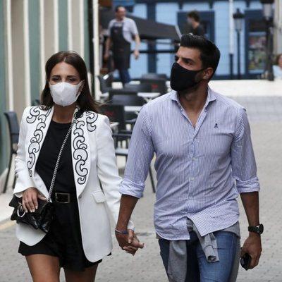 Paula Echevarría paseando de la mano de Miguel Torres por Candás