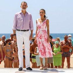 Los Reyes Felipe VI y Letizia posando en Benidorm ante un grupo de bañistas