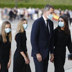 Los Reyes Felipe y Letizia y sus hijas Leonor y Sofía en el funeral por las víctimas del coronavirus