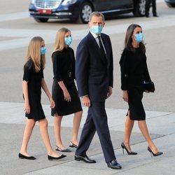 Los Reyes Felipe y Letizia con sus hijas, la Princesa Leonor y la Infanta Sofía, en el funeral por las víctimas del coronavirus