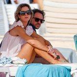 Amelia Bono y Manuel Martos en unas tumbonas en Ibiza