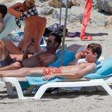 José Bono Jr y Aitor Gómez tumbados al sol en Ibiza