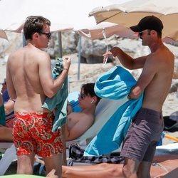 José Bono Jr y Aitor Gómez en una playa de Ibiza