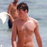 Aitor Gómez con el torso desnudo en Ibiza
