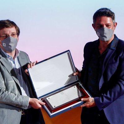 José Luis Martínez Almeida dando una placa homenaje a Alejandro Sanz