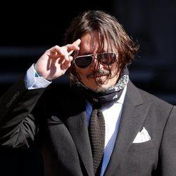 Johnny Depp llegando al juicio con Amber Heard