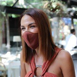 Tamara Gorro con mascarilla saliendo a comer por Madrid