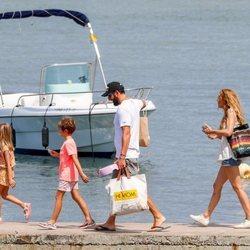 Borja Thyssen y Blanca Cuesta con sus hijos en Ibiza durante unas vacaciones