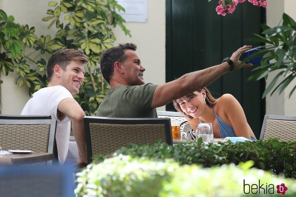 Miguel Bernardeau, Aitana Ocaña y su padre haciéndose un selfie