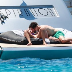Alejandra Onieva y Sebastian Stan muy cariñosos tomando el sol en Ibiza