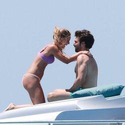 Alejandra Onieva y Sebastian Stan, de vacaciones en un yate en Ibiza