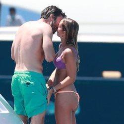 Alejandra Onieva y Sebastian Stan besándose durante sus vacaciones en Ibiza