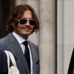 Johnny Depp saliendo del juzgado