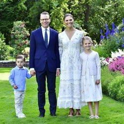 Victoria y Daniel de Suecia junto a sus hijos Estela y Oscar en el 43 cumpleaños de la Princesa