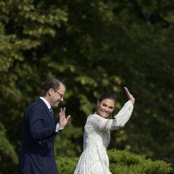 Daniel y Victoria de Suecia saludando en su 43 cumpleaños