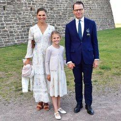 Victoria y Daniel de Suecia posan por el 43 cumpleaños de la Princesa con Estela