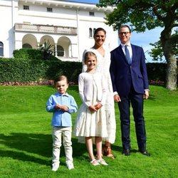 Victoria y Daniel de Suecia con sus hijos Estela y Oscar en el posado oficial por el 43 cumpleaños