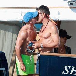 Jesús Vázquez besándose con su marido, Roberto, en Formentera