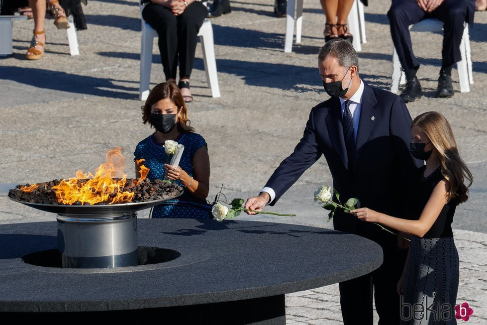 El Rey Felipe y la Princesa Leonor depositan una rosa blanca en el homenaje de Estado por las víctimas del coronavirus
