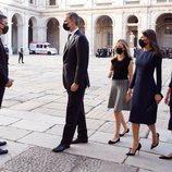 Los Reyes, Leonor y Sofía hablando con Pedro Sánchez en el homenaje de Estado por las víctimas del coronavirus
