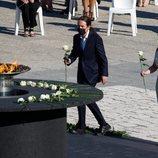 Pablo Iglesias deposita la rosa blanca en el homenaje de Estado por las víctimas del coronavirus